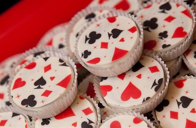капкейки с игральными картами